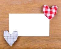 Listowy szablon dla powitanie walentynki Szczęśliwego dnia na drewnianej powierzchni Biali odosobneni papierów listy z sercami Fotografia Royalty Free