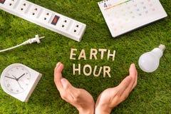 Listowy szczęśliwy ziemskiego dnia pojęcie na zielonej trawie zdjęcie royalty free