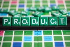 Listowy zielony scrabble literuje słowo produkt na stojaku fotografia stock