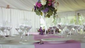 Listra lilás roxa da mesa redonda do projeto da decoração no meio filme