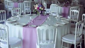Listra lilás roxa da mesa redonda do projeto da decoração no meio video estoque