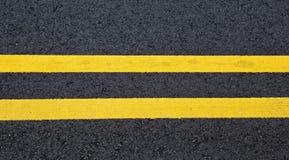 Listras amarelas no asfalto Fotografia de Stock