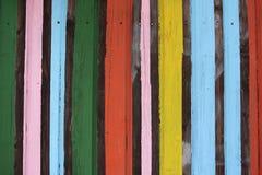 Listras pintadas coloridas na parede de madeira Foto de Stock