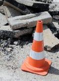 Listras vermelhas do cone do tráfego em torno da escavação Foto de Stock Royalty Free