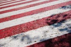 Listras vermelhas e brancas frescas, linhas de sinal diagonais fotografia de stock