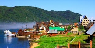 贝加尔湖湖listvianka俄国结算 免版税库存图片