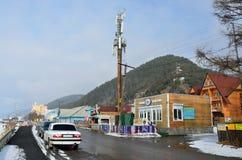 Listvyanka, Rosja, Marzec, 02, 2017 Samochody są na drodze w Listvyanka wiosce w zimie, Irkutsk region Zdjęcie Stock