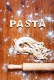 Listy ciasto i toczna szpilka na drewnianym stole Zdjęcie Royalty Free