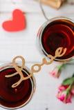 Listy KOCHAJĄ na szkłach wino Fotografia Stock
