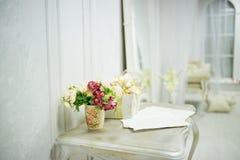 Listy miłośni na stole dla walentynka dnia, kartka z pozdrowieniami Zdjęcie Royalty Free