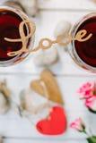 Listy miłośni stoi nad szkłami wino - walentynka dnia pojęcie Obraz Stock