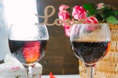 Listy miłośni stoi nad szkłami wino - walentynka dnia pojęcie Fotografia Stock