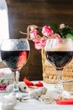 Listy miłośni stoi nad szkłami wino - walentynka dnia pojęcie Obrazy Royalty Free