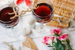 Listy miłośni stoi nad szkłami wino - walentynka dnia pojęcie Zdjęcie Royalty Free