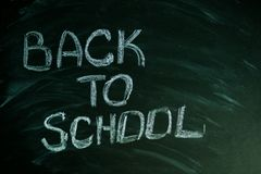 Listy z powrotem szkoła z biel kredą na zielonym chalkboard zdjęcie stock