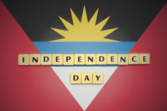 Listy z teksta dniem niepodległości na flaga państowowa Antigua i Barbuda Fotografia Stock