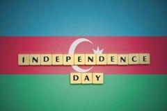 Listy z teksta dniem niepodległości na flaga państowowa Azerbaijan Obraz Royalty Free