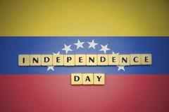 Listy z teksta dniem niepodległości na flaga państowowa Venezuela Zdjęcie Royalty Free