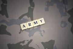 Listy z teksta wojskiem na khakim tle opancerzenia napadu ciała zakończenia pojęcia flaga zieleni m4a1 militarny karabinu s strza Fotografia Royalty Free
