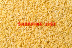 ` listy zakupów ` literujący z abecadło makaronem obraz stock