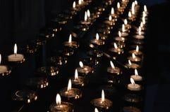 LIT κεριών στην ενθύμηση στοκ φωτογραφία με δικαίωμα ελεύθερης χρήσης