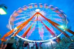 Lit колеса Ferris вверх и закручивающ в вечер стоковая фотография rf