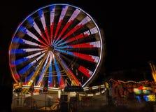 Lit колеса Ferris вверх на ноче стоковые фото