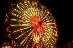 Lit колеса Ferris масленицы вверх на ноче Стоковое Изображение RF