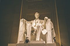 Lit Линкольна мемориальный вверх вечером стоковое фото