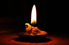 Lit свечка на таблице Стоковые Изображения RF