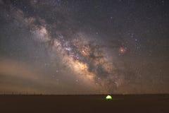 Lit acima da barraca sob a galáxia da Via Látea Imagens de Stock