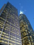 Lit acima dos arranha-céus no crepúsculo Fotos de Stock Royalty Free