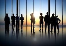 Lit arrière des gens d'affaires dans un immeuble de bureaux Image libre de droits
