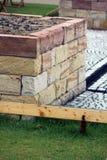 Lit augmenté de jardin fait par maison Photo stock