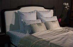Lit avec les oreillers blancs Photo libre de droits