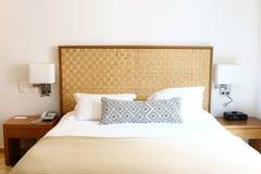 lit blanc confortable de luxe photographie stock libre de droits