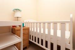 Lit blanc de berceau de bébé Photos stock