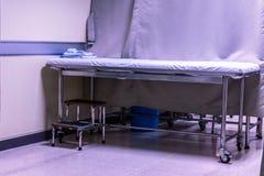 Lit d'hôpital vide au secteur d'hôpital photo stock