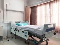 Lit d'hôpital vide pour le patient photos stock