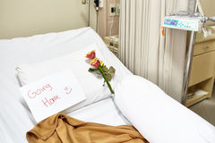Lit d'hôpital vide après rétablissement Photographie stock