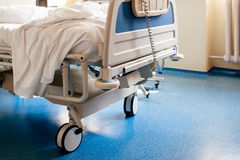 Lit d'hôpital vide sur la salle d'hôpital Images stock