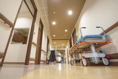 Lit d'ordures de couloir d'hôpital photographie stock