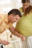 Lit de bébé de fixation de couples Image stock