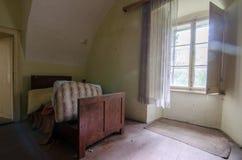 lit dans le château abandonné Photo libre de droits