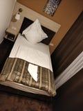 Lit dans une chambre d'hôtel photos stock