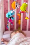 Lit de bébé avec le jouet mobile au-dessus de lui Image libre de droits