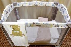 lit de bébé portatif gris image stock