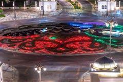 Lit de fleur au centre d'un mouvement circulaire en Abu Dhabi, EAU photos stock