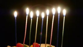 Lit de kaarsen op de cake stock video