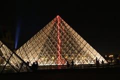 Lit de la pirámide del Louvre para arriba en la noche Imagen de archivo libre de regalías